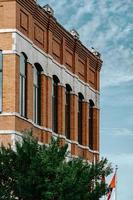 edificio de ladrillo marrón