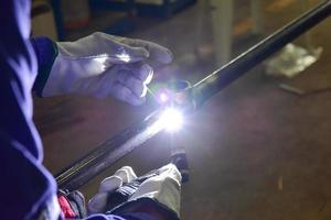 El soldador está soldando la tubería con gas inerte de tungsteno foto