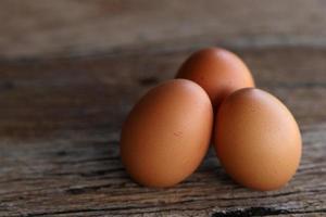huevos de gallina sobre fondo de madera. foto