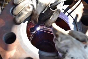 el soldador reparando una válvula foto