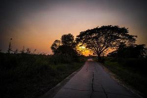 puesta de sol en una carretera