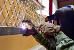Welding the steel wire mesh to steel beam