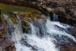 corriente que fluye de la cascada