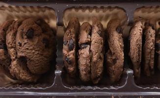 Close-up de galletas con chispas de chocolate foto