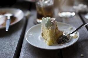 pastel en plato blanco después de comer