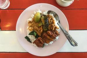 vista superior del arroz al curry tailandés.