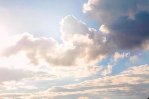 cielo y nube con la luz del sol del día. foto