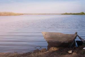 barco de madera amarrado en el río.