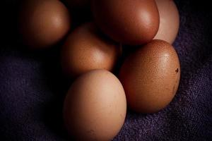 huevos marrones sobre un fondo negro foto