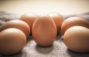 huevos marrones en un paño foto