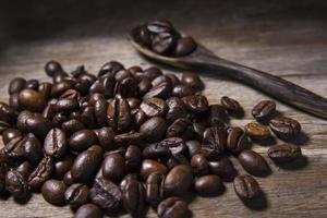 granos de café tostados y cuchara de madera