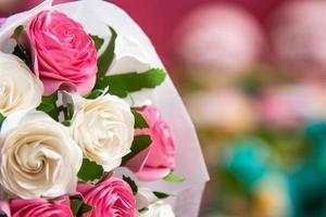 ramo de hermosas rosas blancas y rosadas
