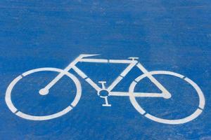 símbolo de la bicicleta sobre un fondo azul foto