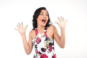 Retrato de una bella joven haciendo una cara divertida sobre fondo blanco.