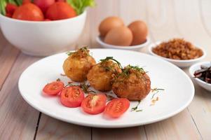huevos duros salteados con salsa de tamarindo foto