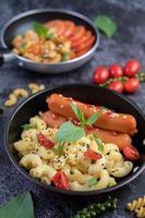 macarrones fritos con salchicha en una sartén foto