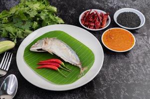 pescado caballa con fideos de arroz y verduras foto