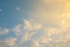 nubes en el cielo al atardecer foto