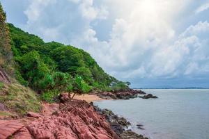rocas en la orilla del mar