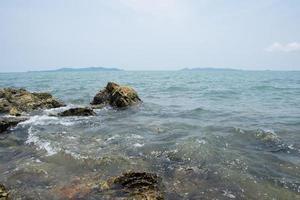rocas en una playa en tailandia foto