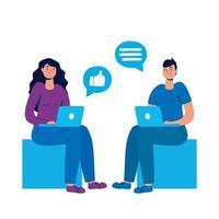 pareja joven que usa computadoras portátiles con las redes sociales