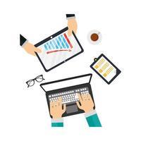 Manos en la computadora portátil y la tableta con diseño vectorial infográfico