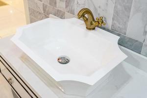 Sink basin faucet