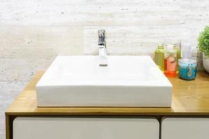 lavabo blanco en el baño moderno