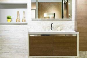 interior de baño de madera