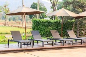 cómodas sillas junto a la piscina foto