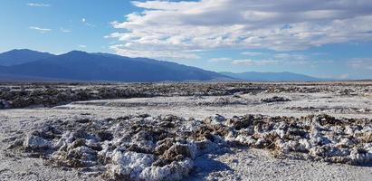 valle de la muerte con un cielo azul foto