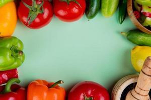 vista superior de verduras sobre un fondo verde foto