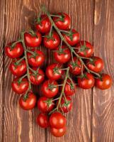 Vista superior de tomates sobre un fondo de madera marrón foto
