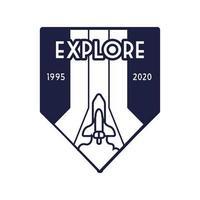 insignia espacial con nave espacial volando y explorar estilo de línea de letras
