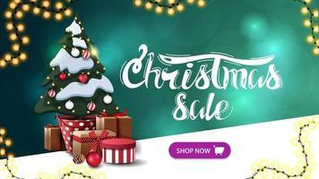 Venta de Navidad, banner de descuento verde con fondo borroso, guirnaldas, botón y árbol de Navidad en una olla con regalos
