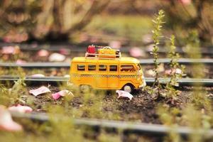 autobús en miniatura en el suelo