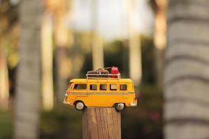 autobús amarillo en miniatura