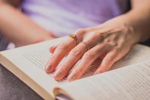 Fotografía de primer plano de la persona que tiene el libro abierto.