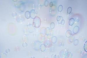 Burbujas delante de un fondo blanco grisáceo