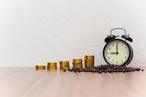 monedas y granos de café en el escritorio