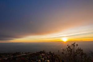 puesta de sol en phu tubberk en tailandia foto