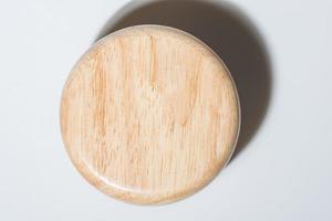 Tapa de botella de madera sobre fondo blanco.