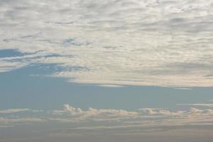 hermoso cielo azul con nubes al atardecer foto