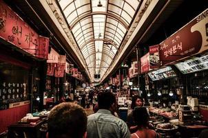 corea del sur, 2020 - concurrido mercado de la ciudad de sinpo