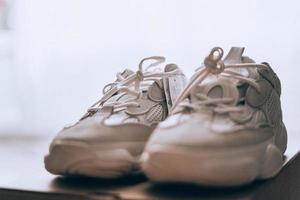 zapatos blancos en el suelo