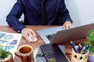 empresario trabajando en su escritorio