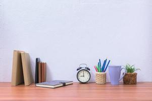 libros y papelería en el escritorio