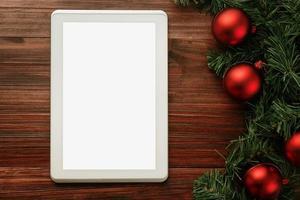 Feliz Navidad plantilla de maqueta de tableta con decoraciones de hojas de pino