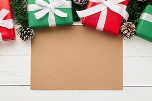 plantilla de maqueta de tarjeta de felicitación de feliz navidad con adornos de regalo de navidad
