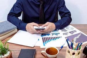 empresario trabajando en su escritorio foto